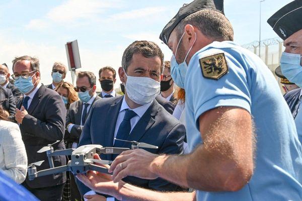 Le ministre de l'Intérieur a rendu visite aux forces de l'ordre sur un point de contrôle calaisien.