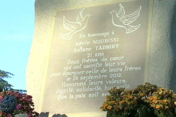La plaque qui rappelle le lynchage de Kévin et Sofiane à Echirolles
