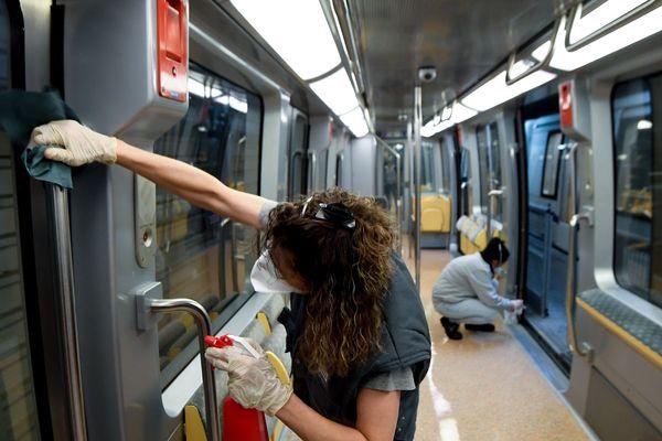 Munis de gants et de masques, tous les soirs, des agents de nettoyage désinfectent les rames du métro de Rennes.