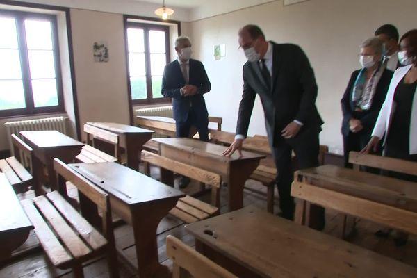 Jean Castex : visite du mémorial d'Izieu dans une des salles de classes... le premier ministre s'est attardé devant les  photos des enfants, et leurs dessins. 16/7/21