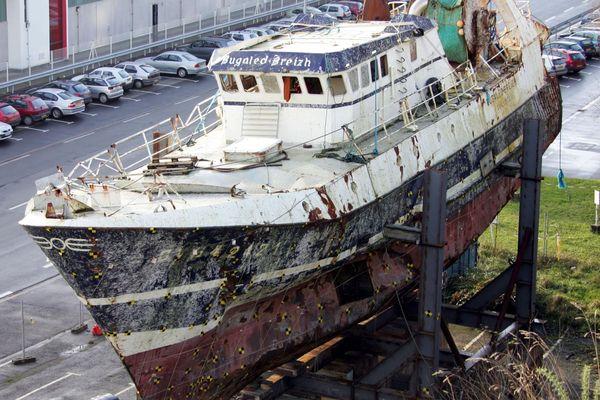 L'épave du Bugaled Breizh dans le port militaire de Brest
