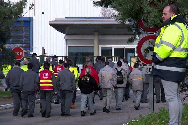 Après le débrayage, des salariés de l'usine Renault Cléon retournent aux ateliers