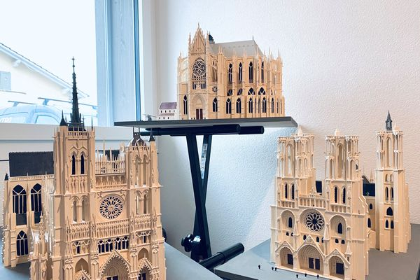 Brésilien installé en Suisse, Luciano Xavier a été charmé par les cathédrales de Picardie. Il a réalisé les maquettes (de gauche à droite) d'Amiens, Beauvais et Laon.