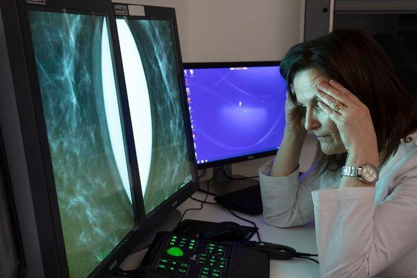 Hera-Mi / Une radiologue devant des examens de mammographie avec Breast-SlimView