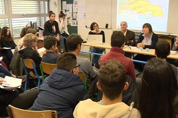 Barbara Brix, au milieu, entourée de Jean-Michel Gaussot et Yvonne Cossu-Alba, vient témoigner auprès des élèves du lycée Saint-Exupéry à Perpignan - 9 mars 2017