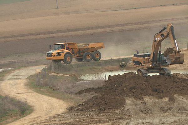 La première phase de travaux consiste à décaper la terre végétale.