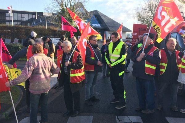 Entre 30 et 40 personnes se sont retrouvées devant la Chambre de Commerce et d'Industrie de Lisieux.