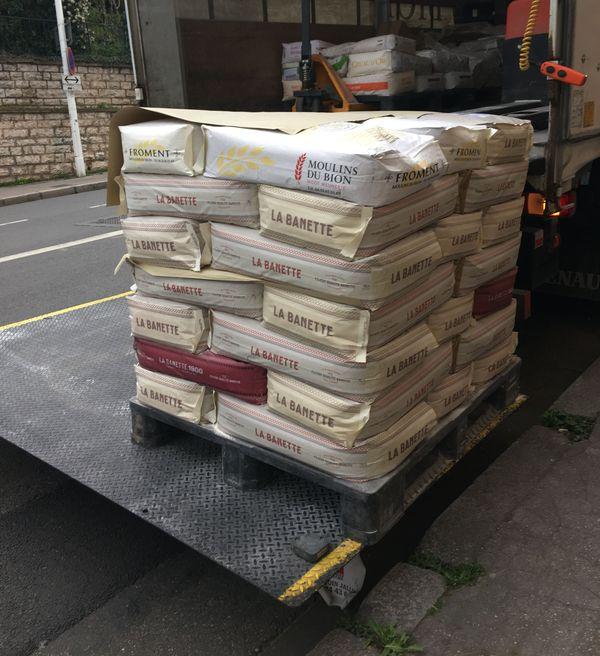 Une livraison ordinaire de farine ... me rassure le boulanger. On ne manquera pas de pain!