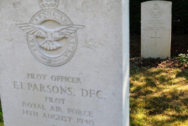 La tombe d'Alfred Campion derrière celle d'Ernest Parsons au cimetière militaire de l'Est à Boulogne-sur-Mer. Les deux hommes sont morts dans le crash de leur bombardier dans la Manche le 14 août 1940.