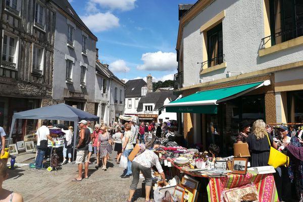 Une rue commerçante de Guéméné-sur-Scorff (Morbihan), un jour de braderie (2018)
