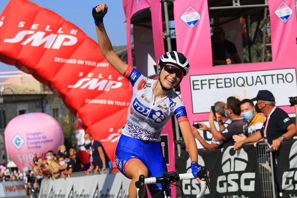 La jurassienne de 21 ans remporte une prestigieuse victoire lors de la 9ème étape du Tour d'Italie féminin.
