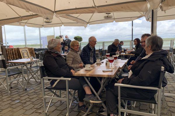 Les clients en terrasse au restaurant La Terrasse de Saint-Valéry-sur-Somme mercredi 19 mai 2021