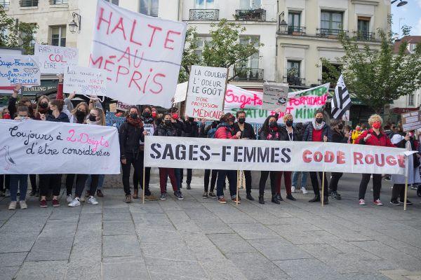 Paris, le 5 Mai 2021, à l'occasion de la journée nationale de grève des sages-femmes pour protester contre les salaires, les conditions de travail et une reconnaissance de leur profession.