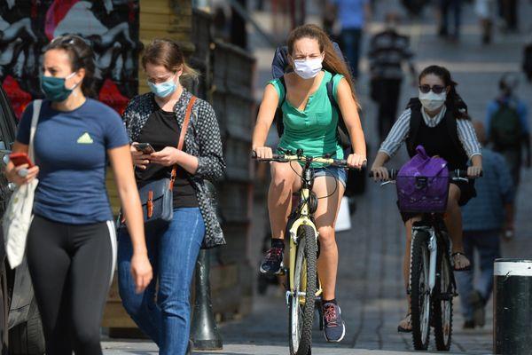 A Nantes et Le Mans, le port du masque à vélo n'est plus obligatoire depuis le 10 et 11 septembre. La préfecture d'Angers continue d'imposer le masque