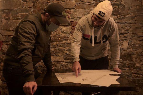 Antoine et Marcu Maria veulent se projeter dans l'avenir, et travaillent sur l'agencement de leur future brasserie, malgré l'épidémie de Covid19