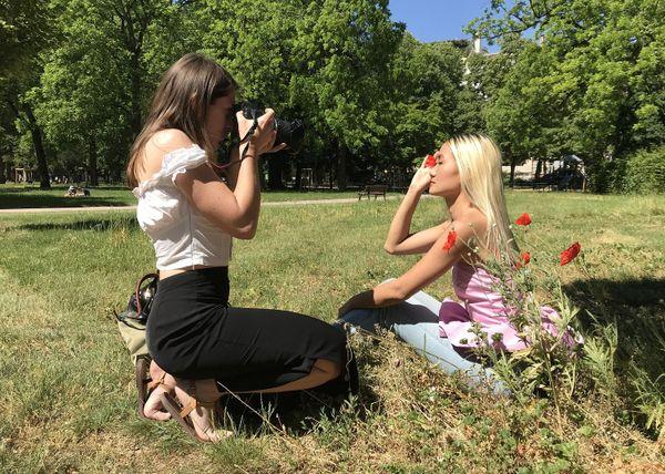 Pour cette photographe et son modèle, cette séance photo au parc était une belle façon de célébrer le déconfinement.
