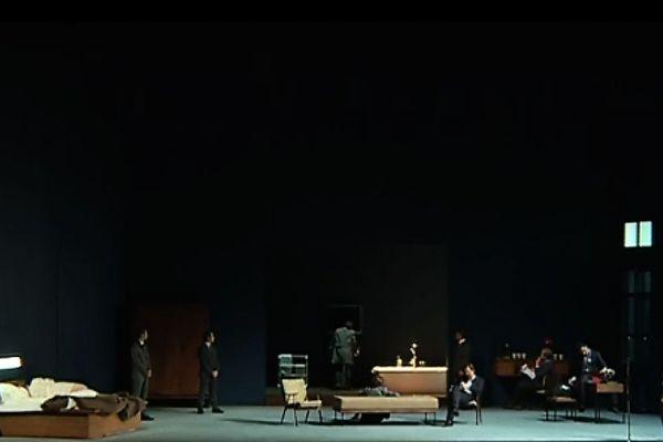 La mise en scène de l'Orfeo de Monteverdi, par Yves Lenoir, revisite le mythe d'Orphée et d'Eurydice dans la chambre d'un Chelsea Hotel, peuplé de créatures.