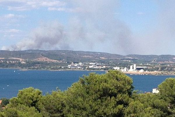 Sète (Hérault) - le panache de fumée de l'incendie de Montbazin-Gigean vu depuis Sète - 31 juillet 2014.