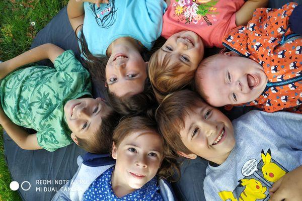De la benjamine à l'ainé : Soën, Anaé, Méline, Elouan, Zélie, et Thiméo, les enfants Allard, de 9 mois à 11 ans