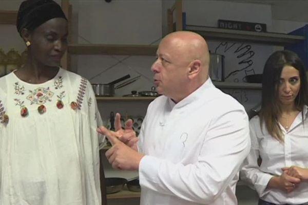 A Paris, le chef étoilé Thierry Marx a donné un cours de cuisine à des bénéficiaires du Secours populaire.