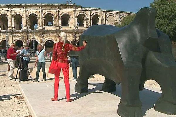 Nîmes - un taureau monumental signé Dioti Bialava sur le parvis des arènes - septembre 2018.