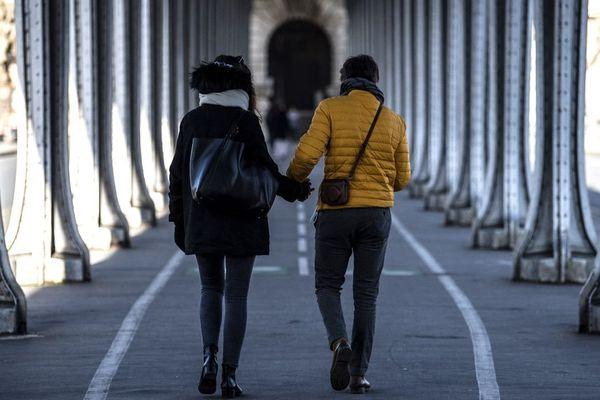 Un couple marche sur le pont de Bir Hakeim à Paris le jour de la Saint Valentin (illustration)