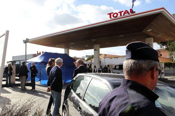 Les policiers investiguent la scène de crime, le 16 octobre 2012.