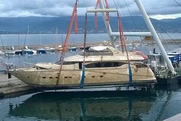"""20/12/14 - Evacuation de l'épave de la vedette """"Isamar"""" en Corse-du-Sud"""