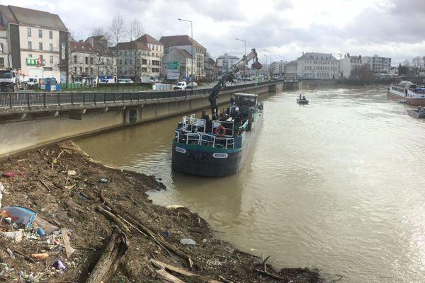 Le nettoyage de la Marne, à Meaux, le 12 mars 2018.