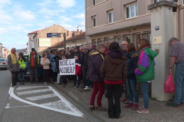Les manifestants devant la gendarmerie de Lavelanet