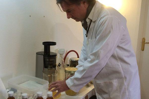 Yann Saint-Jalmes fabrique ses produits à la demande pour conserver les actifs des plantes médicinales.