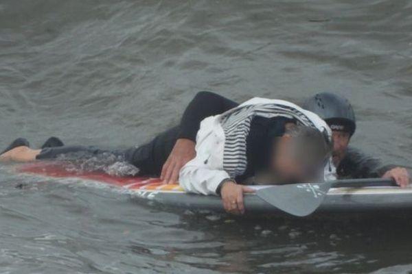 Les deux surfeurs ont pu secourir le couple qui était tombé dans l'eau quelques instants plus tôt