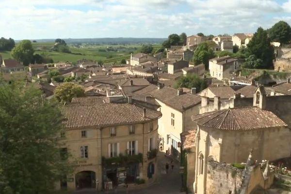 Les toits de la ville médiévale de Saint-Émilion depuis le clocher de l'église monolithe.