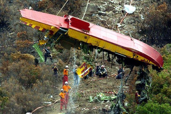 10 août 2005 à Calvi - La carlingue de l'avion Canadair qui s'est écrasé le 01 août est hélitreuillée afin de mettre les débris de l'appareil à la disposition des enquêteurs.