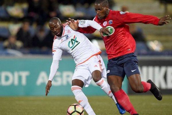 Le défenseur lorientais Erwin Koffi (en blanc) opposé à l'attaquant de Châteauroux Oumare Tounkara lors du match de Coupe de France à Châteauroux