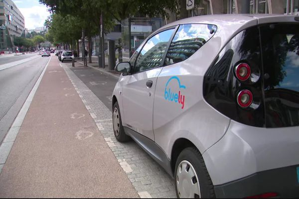 Que sont devenues les anciennes voitures électriques BlueLy qui étaient en location à Lyon de 2013 à 2020 ? Sur les réseaux sociaux circulent très régulièrement des photos d'un cimetière où les véhicules seraient abandonnés et provoquant une pollution... la réalité est plus complexe.