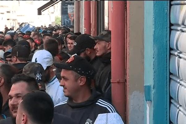 File d'attente des supporteurs de l'OM devant le local des MTP, hier