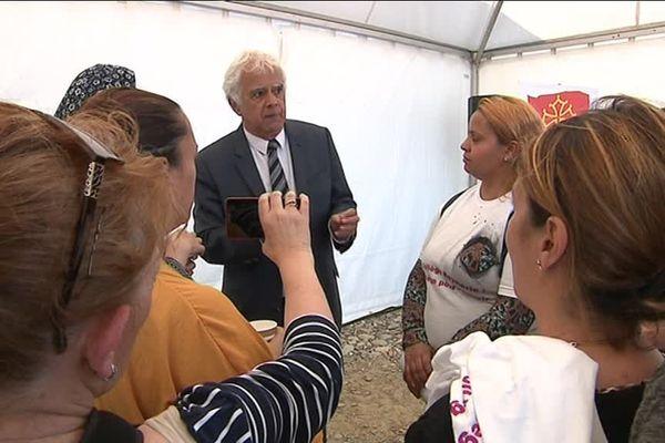 Le représentant du Conseil départemental de Haute-Garonne s'explique avec les parents d'élèves.