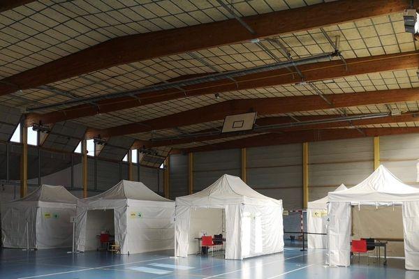 Un centre d'urgence Covid-19 ouvre demain à Taverny dans le Val-d'Oise dans un gymnase de la ville.