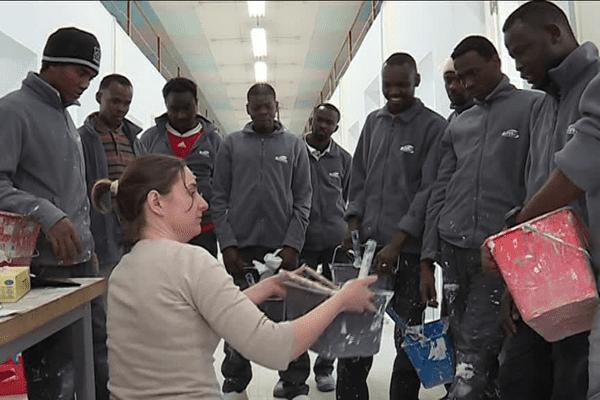 Une dizaine de jeunes réfugiés apprennent un métier dans le bâtiment