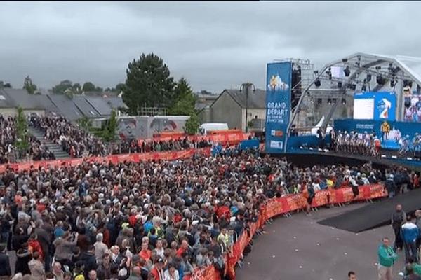 Des milliers de spectateurs ce jeudi soir à Sainte-Mère-Eglise pour la présentation officielle des coureurs du Tour