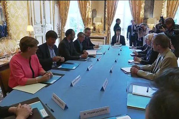 Les médiateurs sur le projet de Notre-Dame-des-Landes réunis en juin 2017 à Matignon autour, notamment, d'Édouard Philippe et de Nicolas Hulot. Leur rapport est attendu pour le 1er décembre.