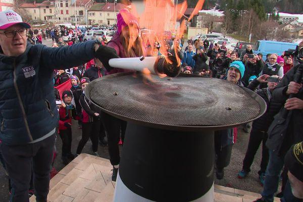 Plusieurs sportifs tricolores se sont relayés pour porter la flamme olympique  à travers le Jura, en direction de la frontière, à Bois-d'Amont.