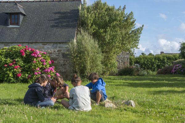 Les structures d'accueil jeunesse doivent se renouveler pour proposer des activités aux jeunes. Ca se passe à l'extérieur ou devant les écrans