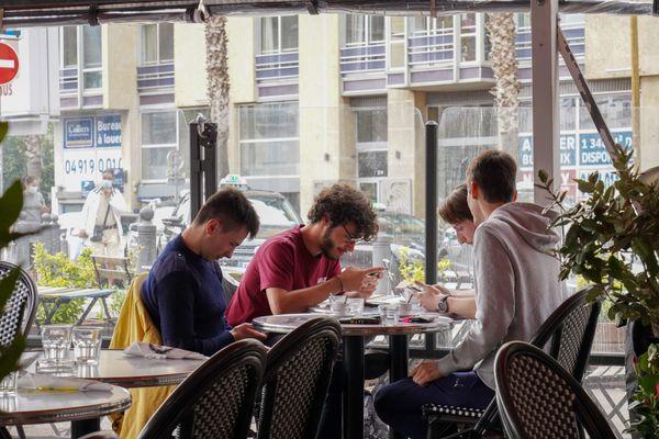 Certains restaurateurs refusent de fermer leurs établissements.
