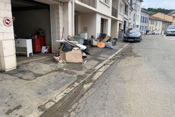 Les débris sont stockés devant les maisons en attendant le passage des experts.