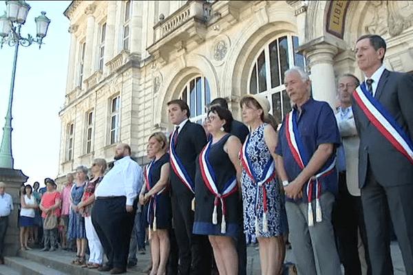 Minute de silence devant l'Hotel de Ville à Limoges.