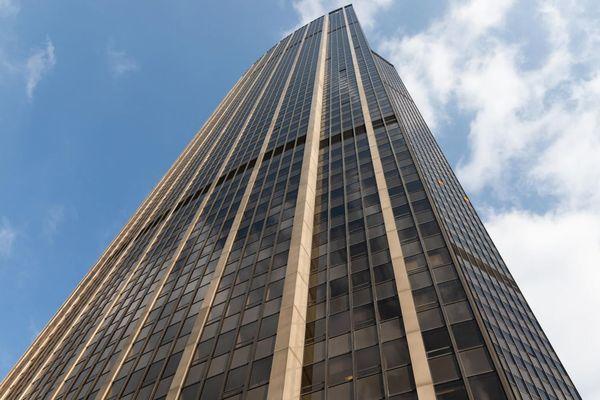 La tour Montparnasse, située dans le 15e arrondissement, s'élève à 210 mètres au-dessus de Paris.