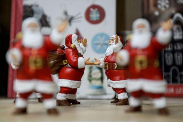 Des figurines du Père Noël. © AURORE MESENGE / AFP