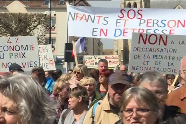 Près de 500 personnes ont marché de Chambly (Oise) jusqu'à Beaumont-sur-Oise (Val-d'Oise), contre la réorganisation des services prévue par la direction de l'établissement hospitalier.
